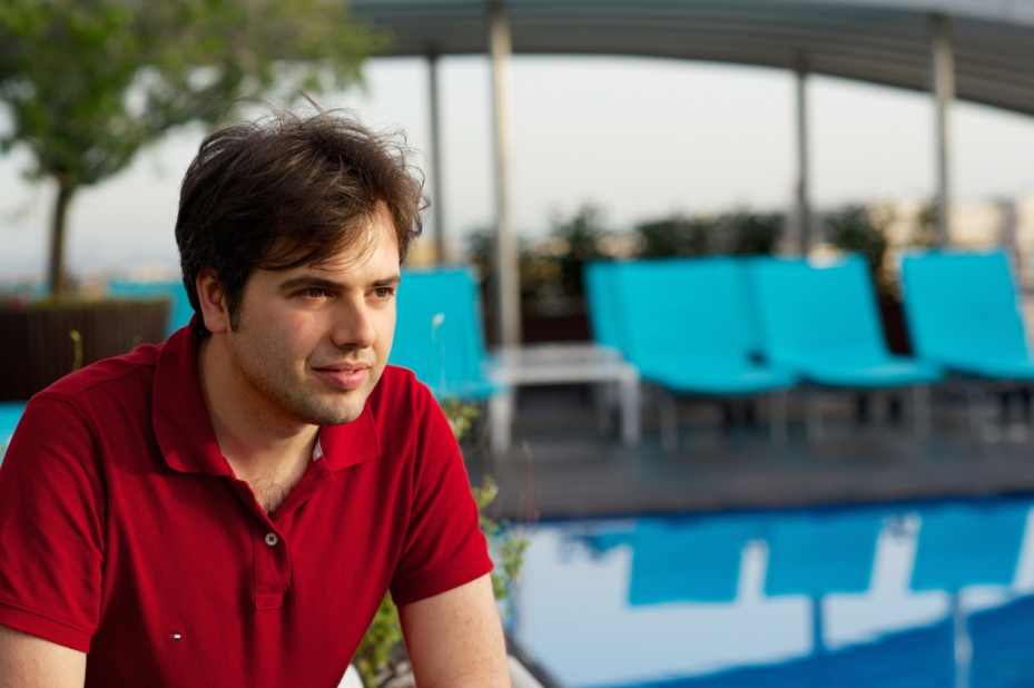 Luxury Online Marketing Consultant Giulio Gargiullo sulla terrazza con piscina del Radisson Blu Hotel a Roma.